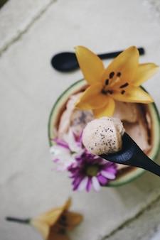 Colpo del primo piano di una ciotola di gelato con belle decorazioni floreali