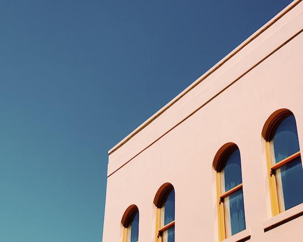 Colpo del primo piano di una costruzione bianca con le finestre