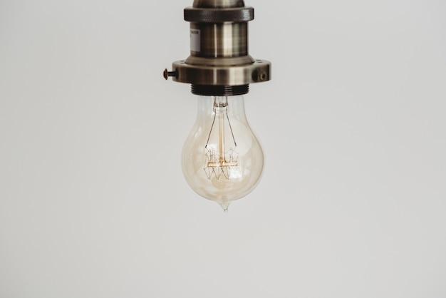 Colpo del primo piano di una lampadina in un bianco