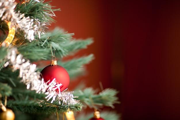 Colpo del primo piano di una parte di un albero di abete decorato durante il natale