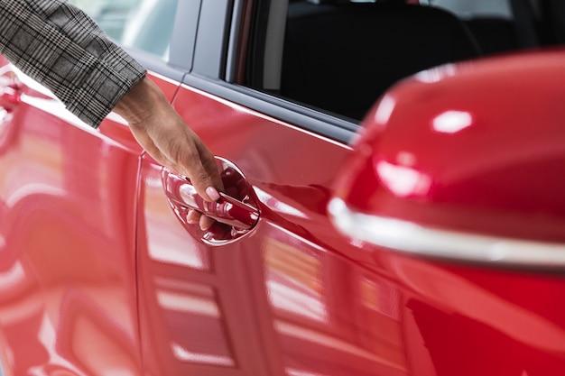 Colpo del primo piano di una porta di automobile rossa