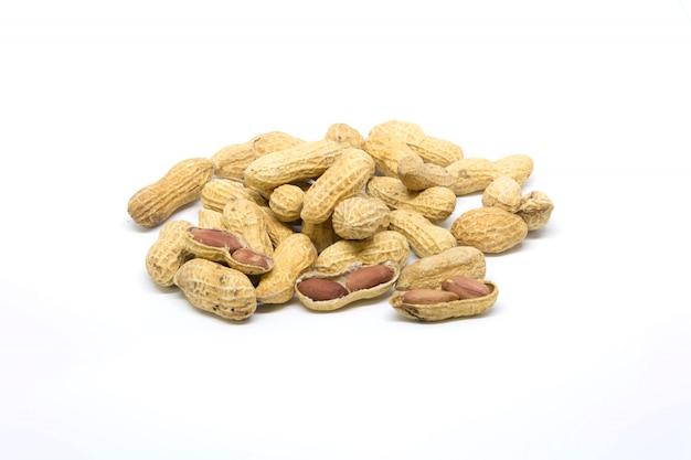 Colpo dello studio dell'arachide isolato sullo schermo bianco
