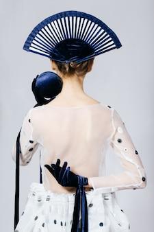 Colpo dello studio della donna in vestito trasparente