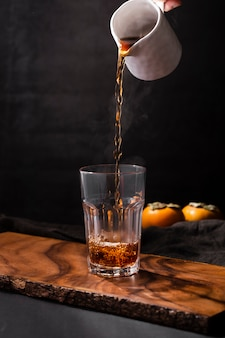 Colpo dello studio di vetro di riempimento della bevanda