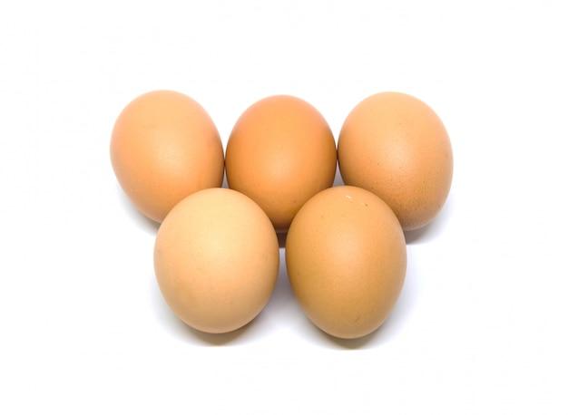 Colpo dello studio isolato uova. con tracciato di ritaglio su bianco.