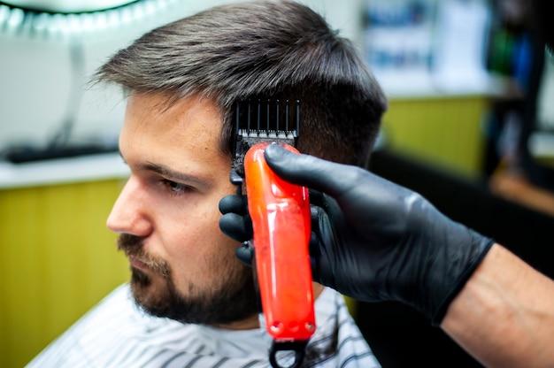 Colpo di alta vista dell'uomo che ottiene un taglio di capelli