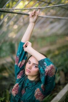 Colpo di alta vista della donna che tiene le mani in aria