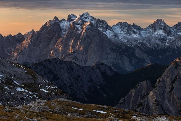 Colpo di alto angolo della bellissima alba sopra le alpi italiane in italia