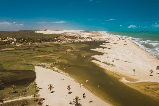 Colpo di alto angolo della laguna kitesurt di cauipe, vicino a cumbuco e fortaleza, nel nord del brasile