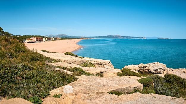 Colpo di alto angolo della spiaggia pubblica di playa illa roja in spagna