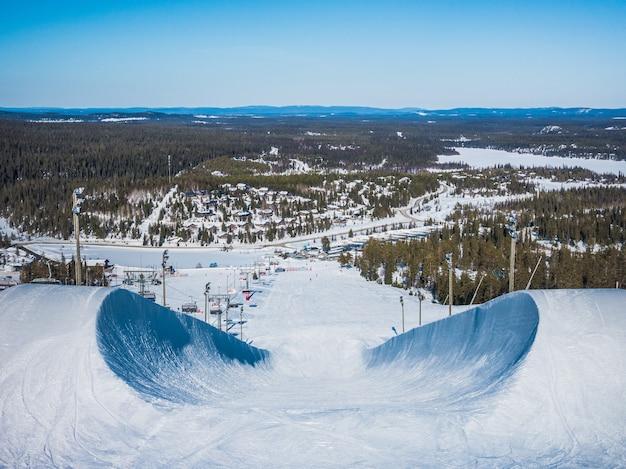 Colpo di alto angolo dello snowboard in discesa in montagna