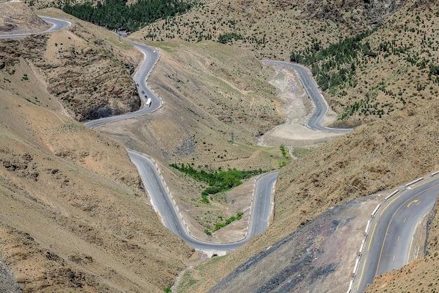 Colpo di alto angolo di autostrade tortuose in una zona con colline vuote
