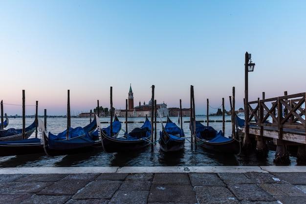 Colpo di alto angolo di gondole parcheggiate nel canale a venezia, italia