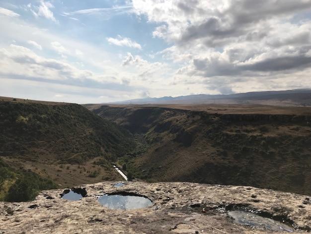 Colpo di alto angolo di un vertice con le nuvole mozzafiato che si riflettono nelle pozzanghere