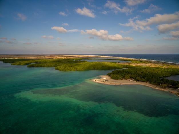 Colpo di angelo alto di una bellissima isola tropicale esotica a bonaire, caraibi