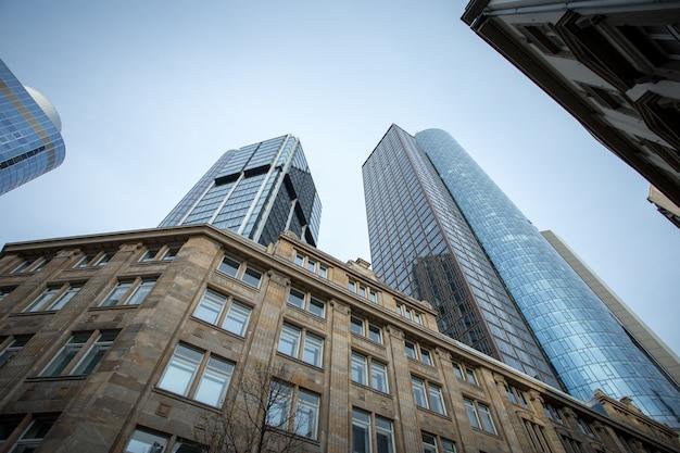 Colpo di angolo basso dei grattacieli di alto aumento sotto il chiaro cielo a francoforte, germania
