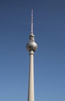 Colpo di angolo basso del berlinese fernsehturm a berlino, germania