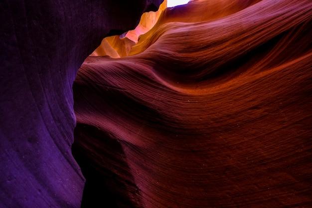 Colpo di angolo basso del canyon dell'antilope in arizona