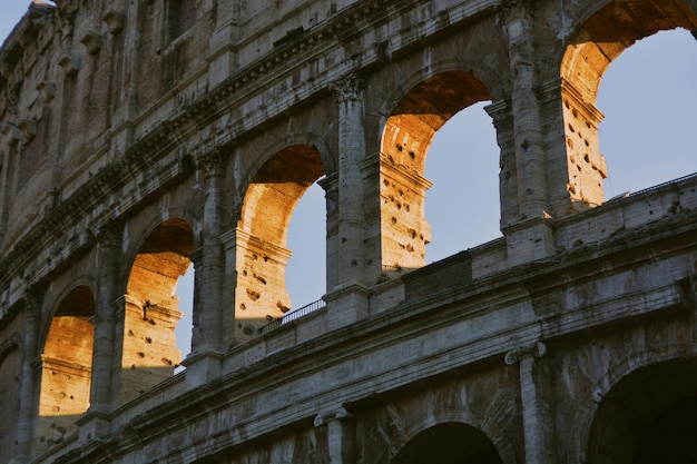 Colpo di angolo basso del primo piano dell'architettura romana di colosseum
