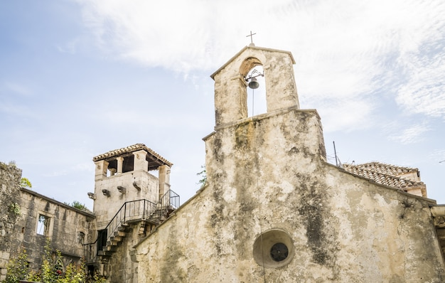 Colpo di angolo basso della chiesa sveti petar di giorno
