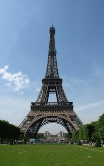 Colpo di angolo basso della famosa torre eifel di giorno a parigi, francia