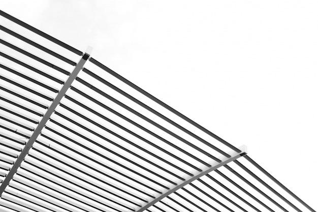 Colpo di angolo basso delle barre di metallo sotto il cielo luminoso