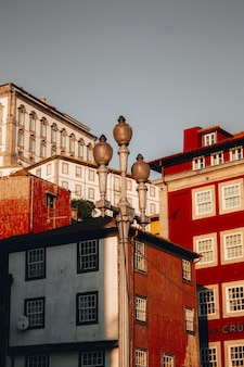 Colpo di angolo basso di bei grattacieli rossi a oporto, portogallo