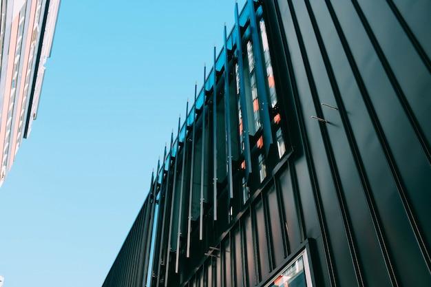 Colpo di angolo basso di un edificio moderno con colpi di scena architettonici creativi