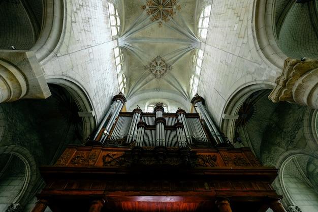 Colpo di angolo basso di un soffitto della cattedrale con finestre