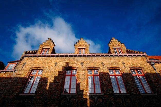 Colpo di angolo basso di una cattedrale fatta in mattoni marrone con le finestre di giorno