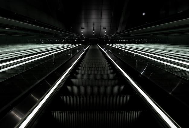 Colpo di angolo basso di una scala mobile che va in su in una stazione della metropolitana in vijzelgracht, paesi bassi