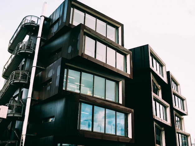 Colpo di angolo basso di una struttura architettonica moderna con una facciata di vetro