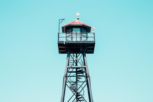 Colpo di angolo basso di una torre nera del bagnino con il tetto rosso