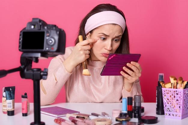 Colpo di blogger femmina nota l'acne sotto gli occhi