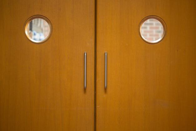Colpo di dettaglio di una porte in legno chiuse
