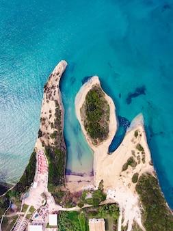 Colpo di drone di un mare cristallino e di una spiaggia sabbiosa