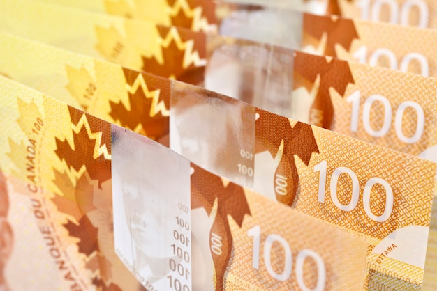 Colpo di fondo di $ 100 banconote canadesi dollaro