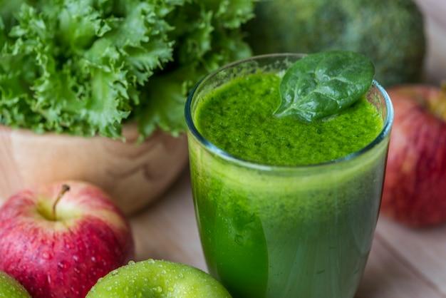 Colpo di macro frullato verde fresco