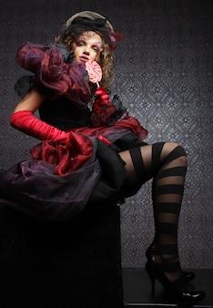 Colpo di moda di donna in stile bambola. trucco creativo costume in fantasia