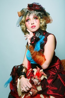 Colpo di moda di donna in stile bambola. trucco creativo