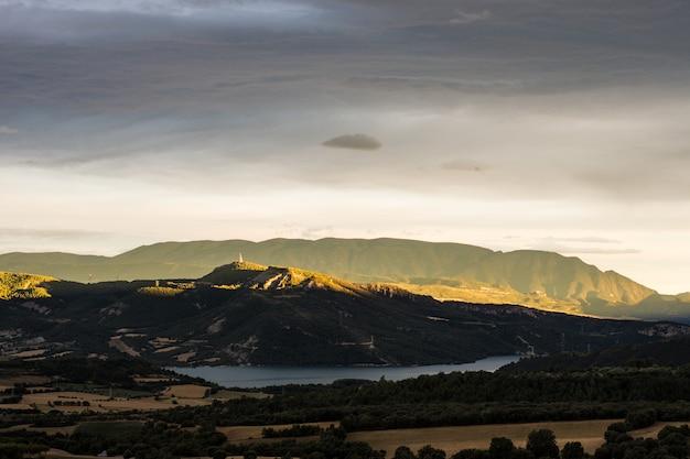 Colpo di paesaggio mozzafiato di una valle con un fiume che scorre e montagne