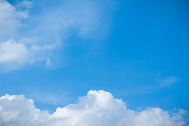 Colpo di panorama di cielo blu e nuvole in giorni di bel tempo