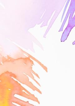 Colpo di pennello acquerelli su sfondo bianco