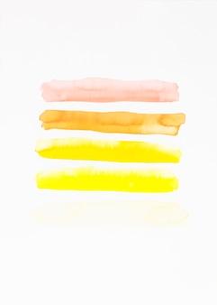 Colpo di pennello diverso isolato su sfondo bianco