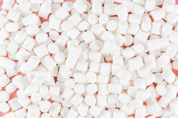Colpo di telaio completo di molti marshmallows bianchi