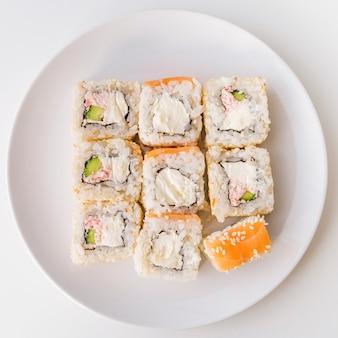 Colpo di vista superiore del piatto di sushi