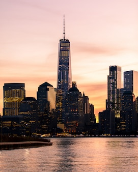 Colpo distante verticale dell'edificio del world trade center a new york durante il tramonto