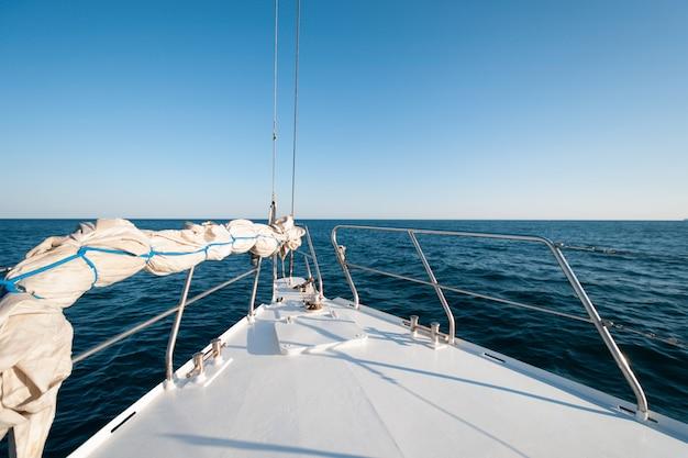 Colpo grandangolare della parte anteriore dello yacht nell'ora legale