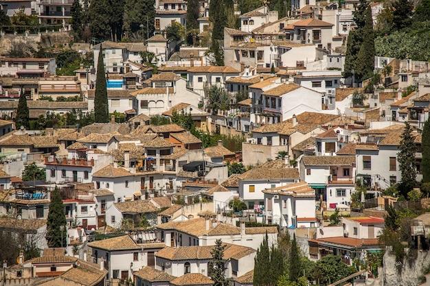 Colpo grandangolare di edifici bianchi di una città costruita uno accanto all'altro durante il giorno