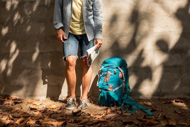 Colpo in basso di un viaggiatore in ombra